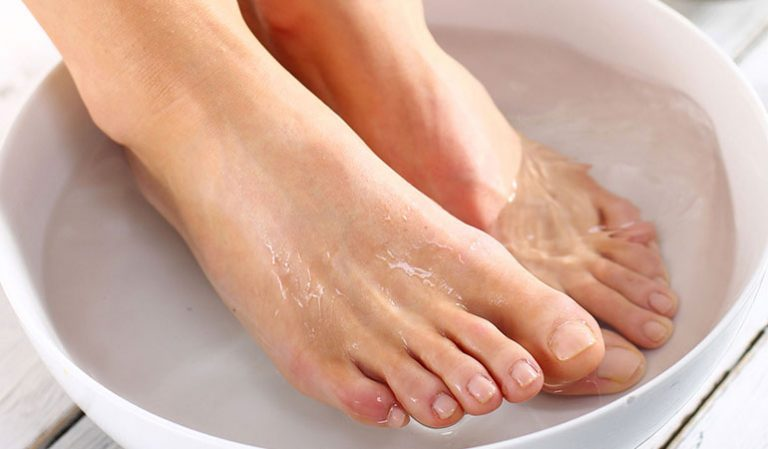Чем распаривать ноги перед педикюром